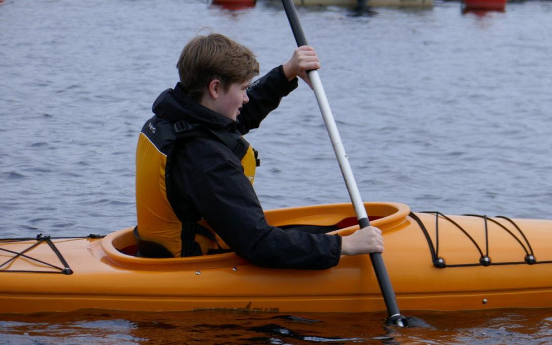 Äventyr ÅK1 testar kajakpaddling
