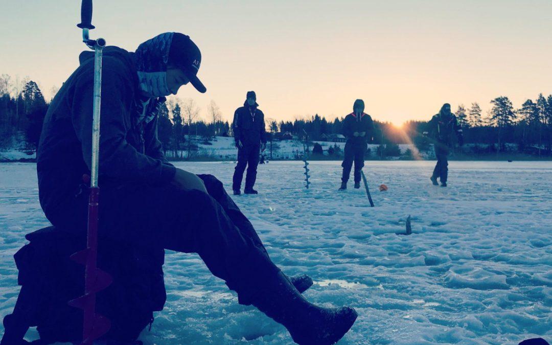 Sportfiske gymnasiet på isfiske