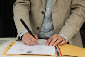 Per Johansson, skolchef på ForshagaAkademin, undertecknar deklarationen för en stark demokrati.